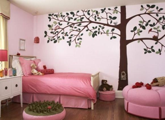 Нарисованное дерево на стене в интерьере
