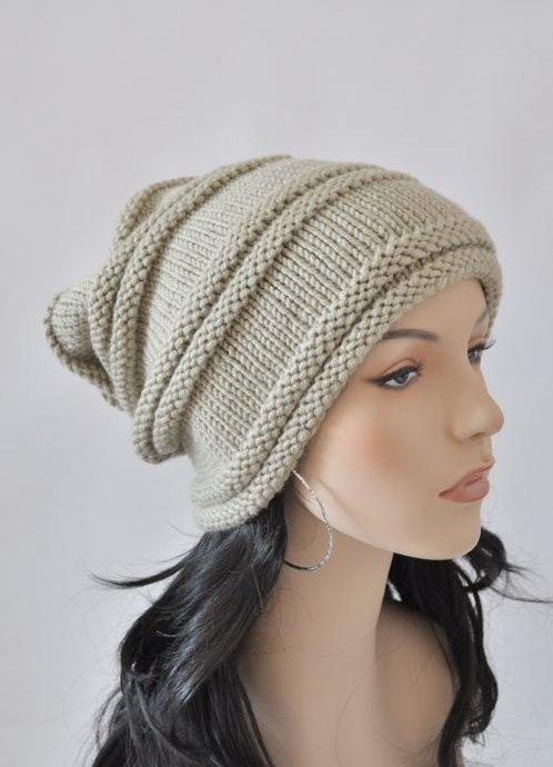 Тонкая трикотажная шапка-чулок отменно дополняет как весенний, так и летний образ, а плотная, вязаная спицами
