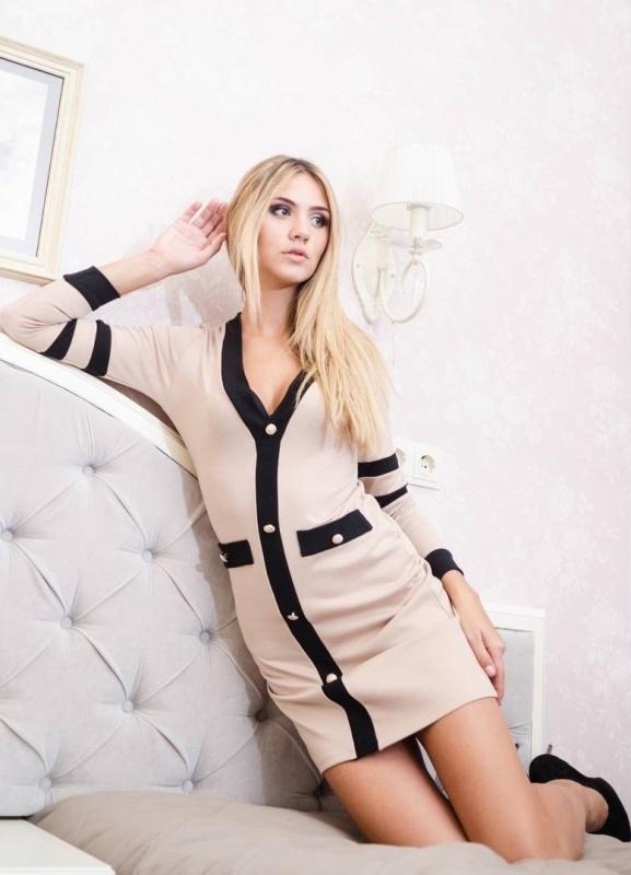 Платье-рубашка цвета сафари, то есть, оттенка хаки, серо-коричневого, а также светло-серого, оливкового, станут отличными базовыми вещами на каждый день для